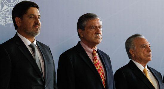 Novo diretor-Geral da Polícia Federal, Fernando Segovia, ao lado do ministro da Justiça, Torquato Jardim, e do presidente Michel Temer