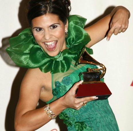 Em 2007, Aline venceu com o álbum Caminho de Milagres na categoria Melhor Álbum de Música Cristã em Língua Portuguesa