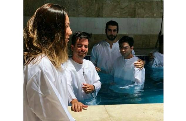 Yudi Tamashiro é batizado em igreja evangélica de São Paulo