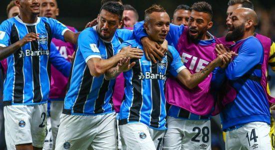 Everton, autor do único gol da partida, é parabenizado pelos colegas de time
