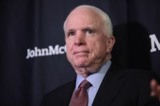 John McCain está hospitalizado, na capital dos EUA