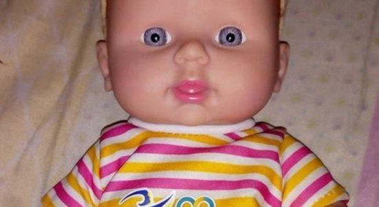 Boneca tem roupa e batom, mas a genitália é masculina