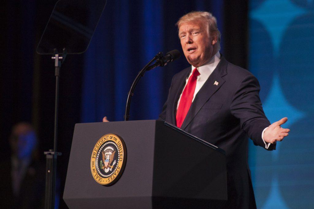 Trump erra hino nacional durante evento esportivo