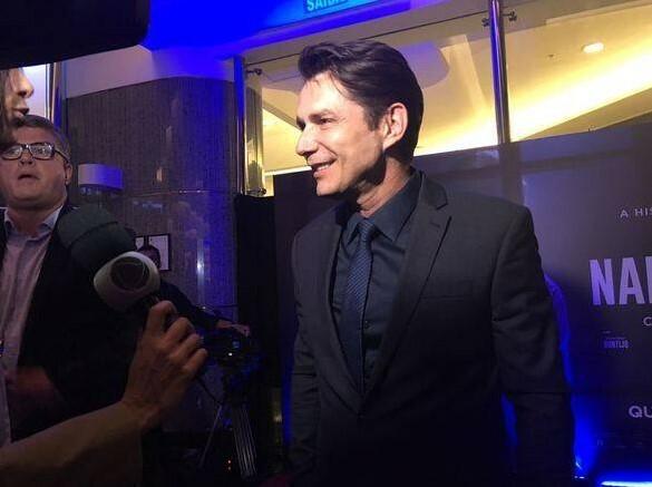 O ator Petrônio Gontijo, que interpreta o bispo Edir Macedo no filme, dá entrevista na pré-estreia