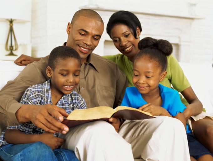 familia-lendo-a-biblia