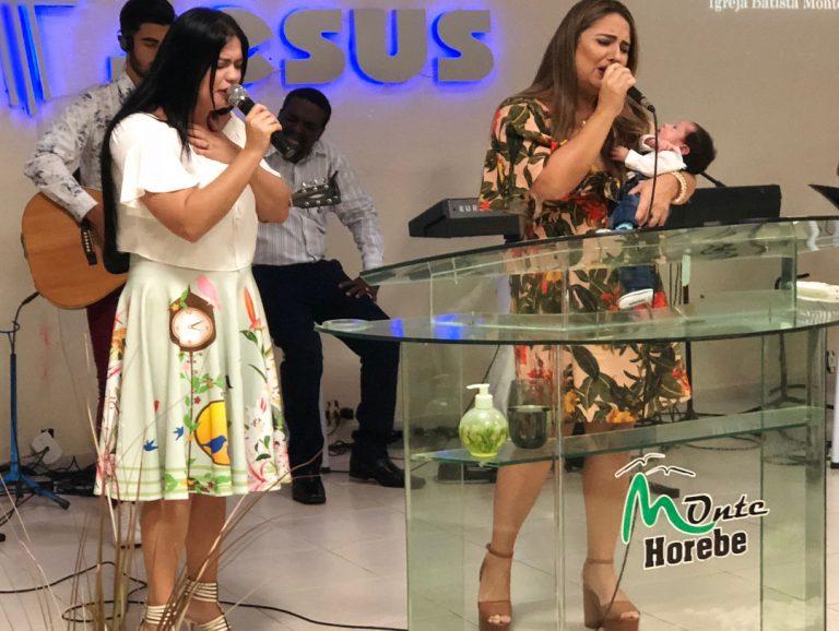Gislaine canta na apresentação do filho junto com a irmã Mylena