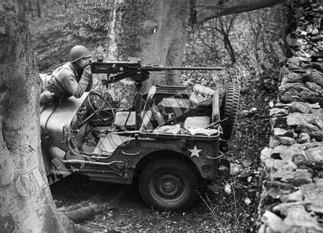 soldado operando uma metralhadora .50