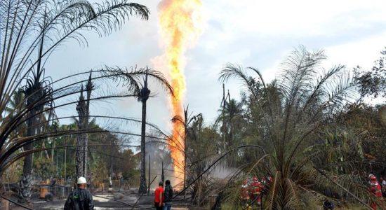 Bombeiros trabalham para apagar o fogo na Indonésia