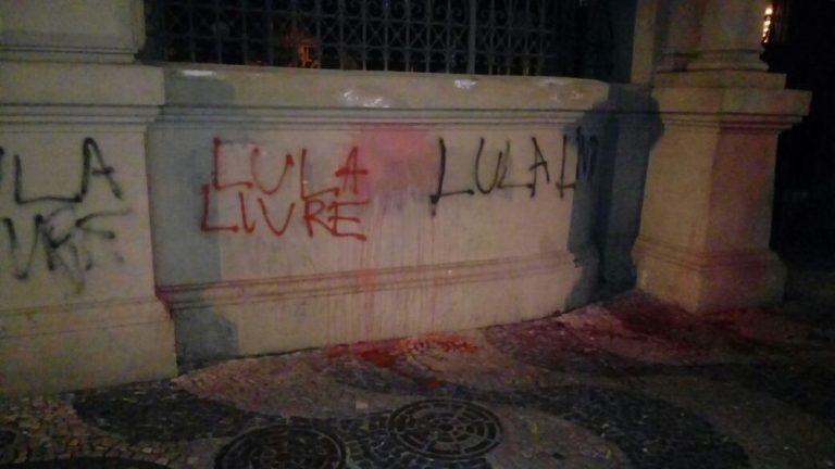 Ato em defesa de Lula reúne manifestantes na Candelária