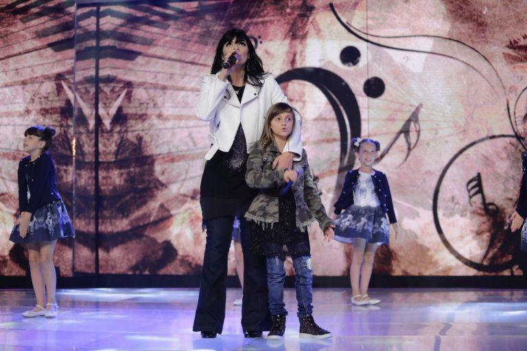 Fernanda Brum canta com a filha Laura no Programa Raul Gil