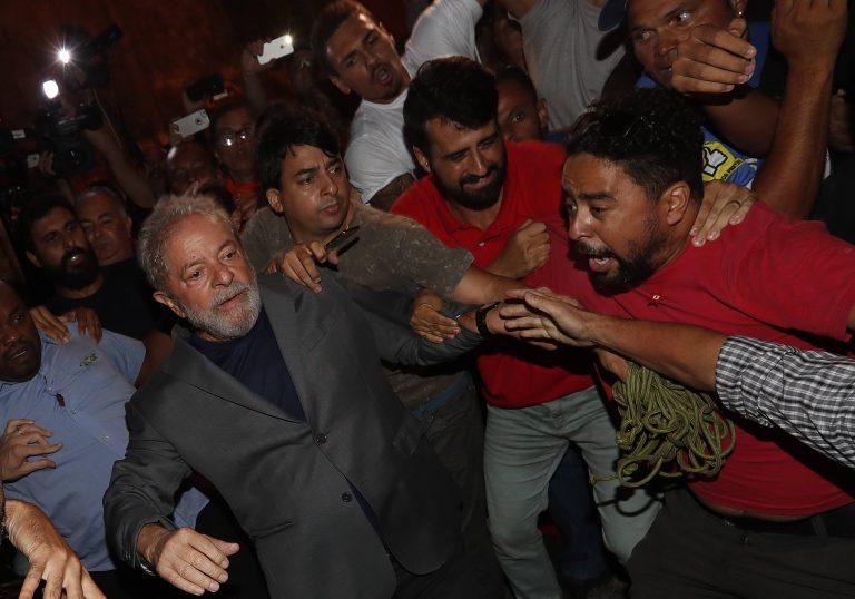 Ex-presidente Lula se entregando à Polícia Federal