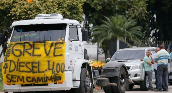 Caminhoneiros protestam contra elevação no preço do diesel na rodovia BR-040, em Duque de Caxias
