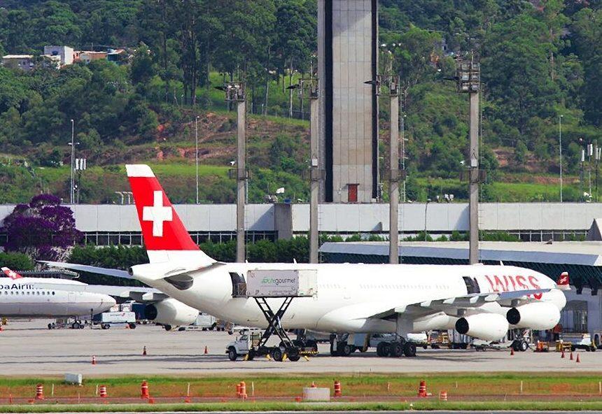 Mulher perde voo, invade pista do aeroporto e é presa