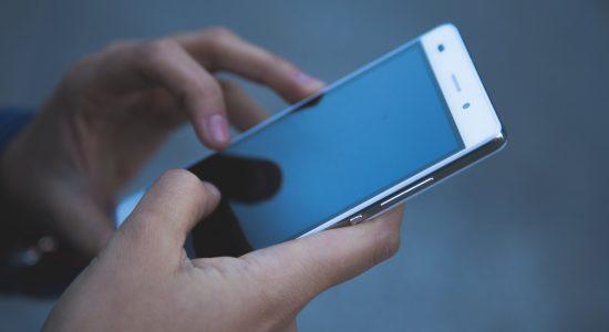 Menino de 9 anos negociou casa pelo celular