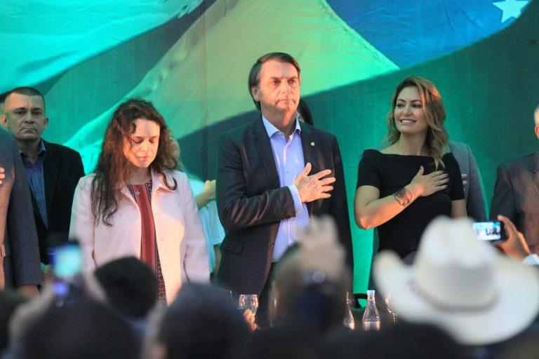 Janaína Paschoal na convenção ao lado de Jair Bolsonaro e de sua esposa