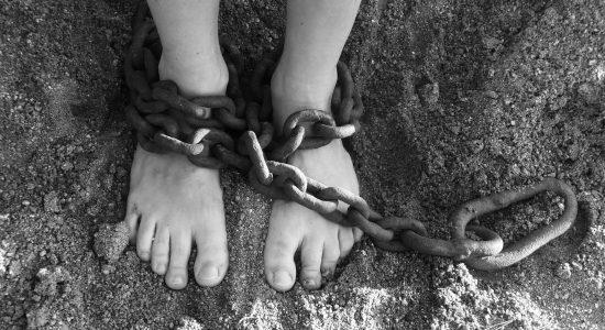 Polícia resgata adolescente mantida presa pelo namorado