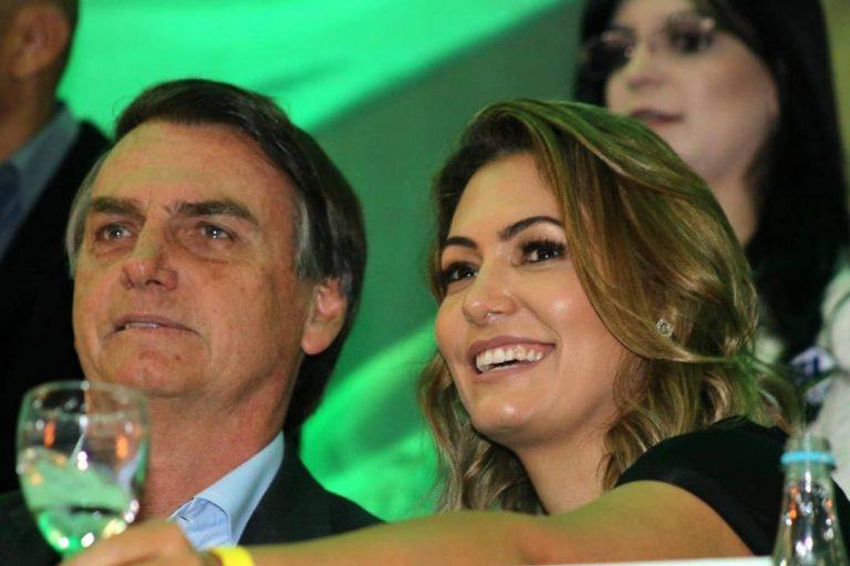 Jair Bolsonaro ao lado de sua esposa, Michelle de Paula