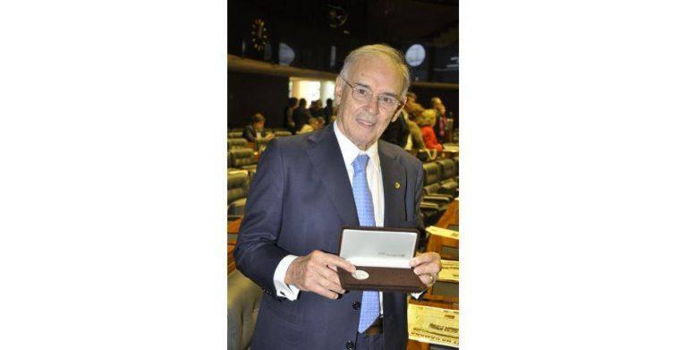 No Dia da Democracia, Arolde recebe a Medalha da Assembleia Nacional Constituinte