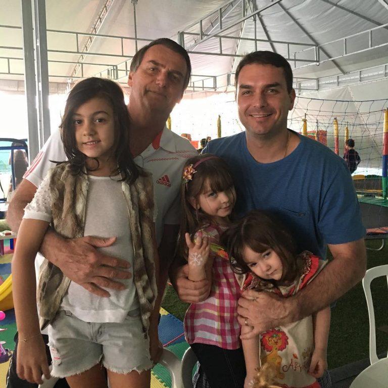 Bolsonaro em fotos junto com a filha Laurinha