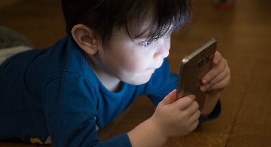 Tempo exagerado no celular é prejudicial a crianças