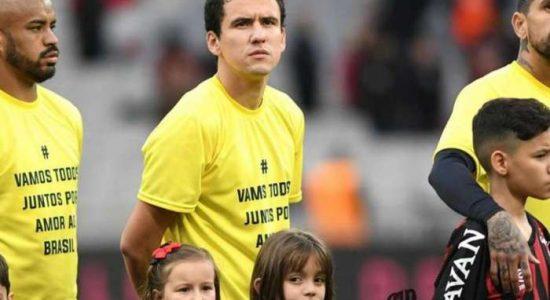 Jogadores do Atlético-PR entraram em campo com camisetas amarelas
