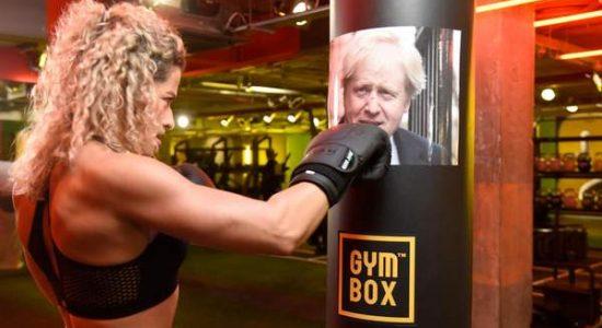 Alunos de academia golpeiam imagens de políticos ingleses para aliviar frustrações