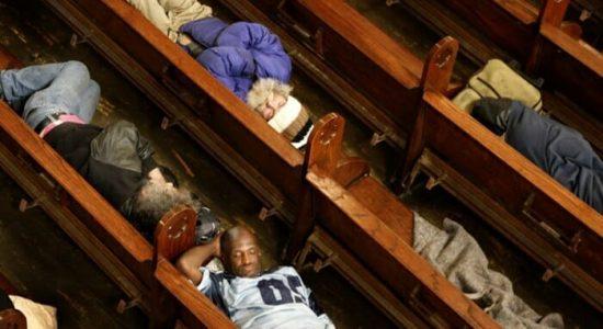 Moradores de rua dormem em igreja