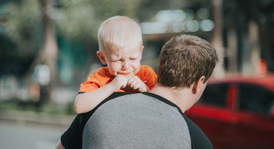 Nos EUA, pai é acusado de abuso infantil por não deixar o filho de vestir de menina (Foto Ilustrativa)