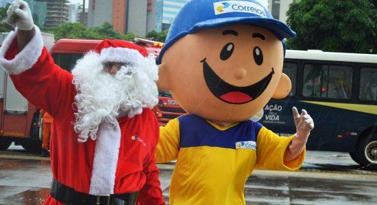 Papai Noel dos Correios levam presentes as crianças carentes