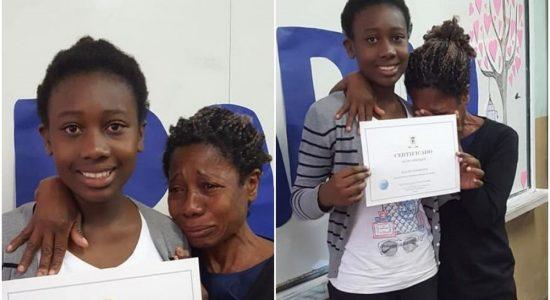 Mãe se emociona com certificado da filha