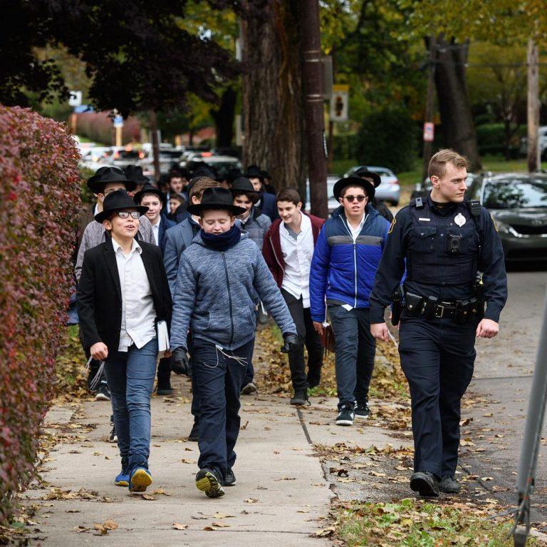 Meninos judeus são escoltados para poderem orar nos EUA