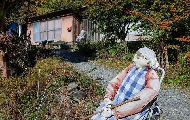 Moradora de Nagoro cria bonecos para substituir os falecidos