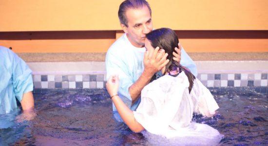 Silas Malafaia batiza a neta Maria Clara