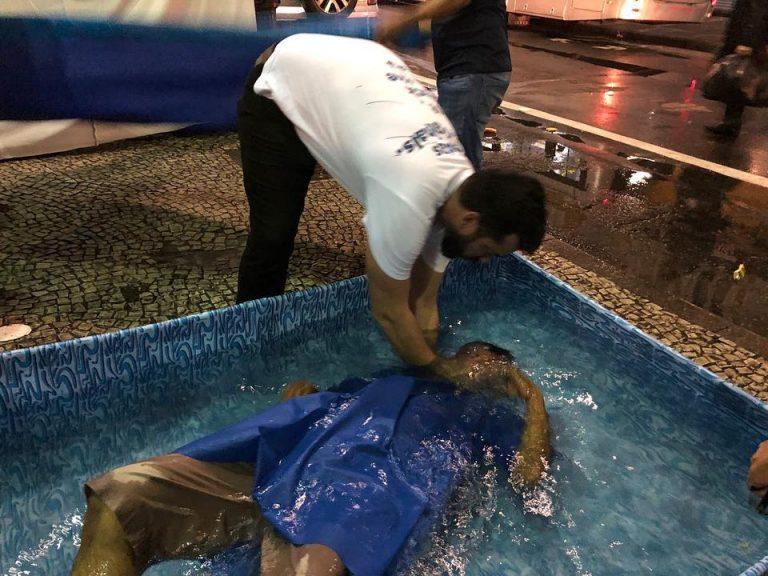 Resultado de imagem para Igreja Renascer promove ceia e batiza 40 moradores de rua