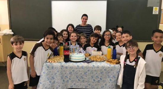 Professora ganha chá de bebê surpresa de alunos