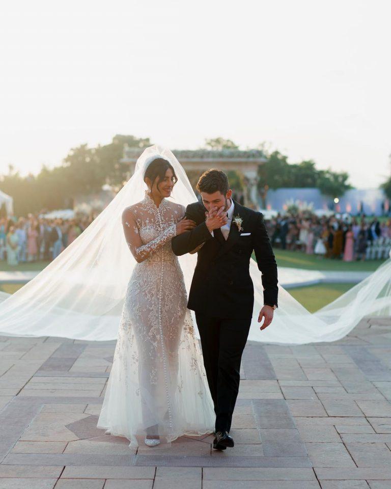 Priyanka Chopra usou um vestido todo em renda com lantejoulas de madrepérola em seu casamento com Nick Jonas