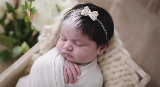 Mayah virou sucesso na internet por nascer com uma mecha branca nos cabelos