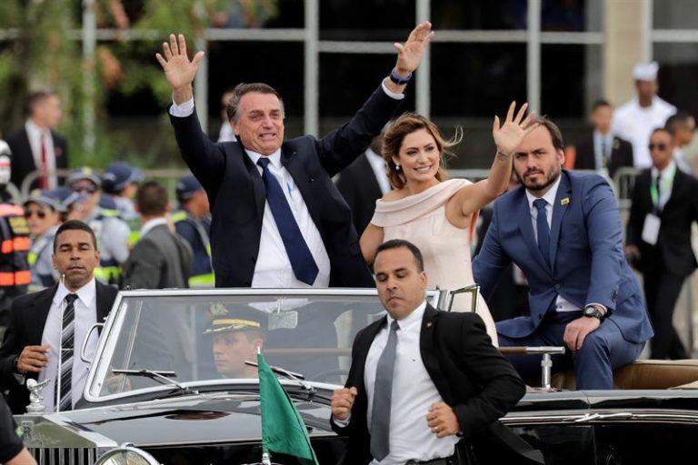Jair Bolsonaro e Michelle Bolsonaro desfilam em carro aberto com Carlos Bolsonaro, um dos filhos do 38º presidente