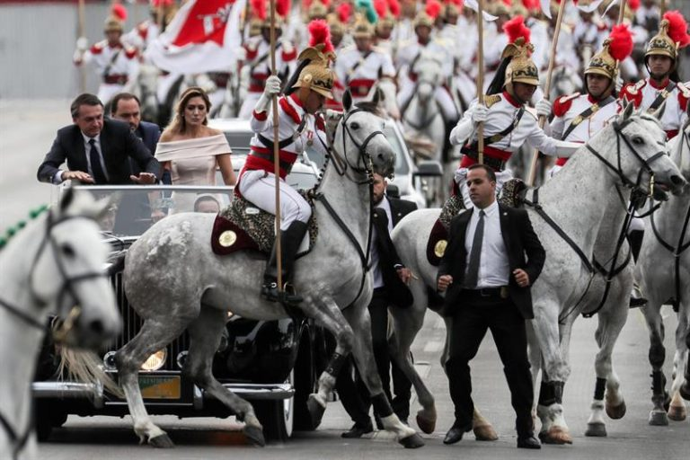 Casal Bolsonaro se assusta com cavalo durante desfile