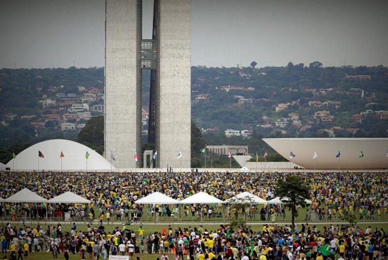 Multidão em frente ao Congresso Nacional