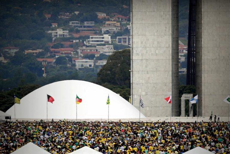 Multidão cresce à espera da passagem de Jair Bolsonaro
