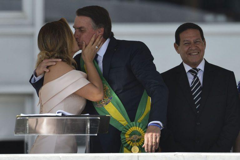 A primeira-dama Michelle Bolsonaro beija o presidente Jair Bolsonaro durante seu discurso