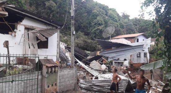 Casas afetadas pelas rochas