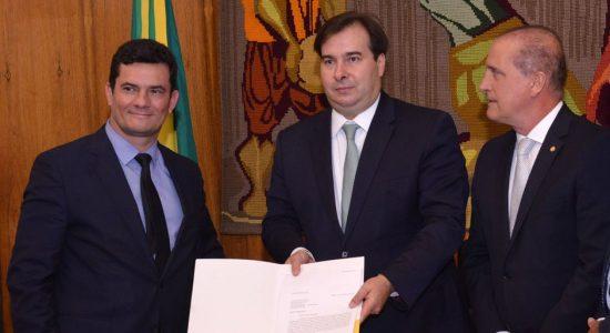 Sergio Moro entrega proposta a Rodrigo Maia