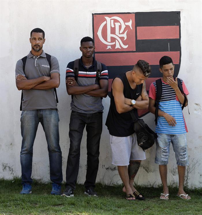 Funcionários do Flamengo esperam por informações do incêndio