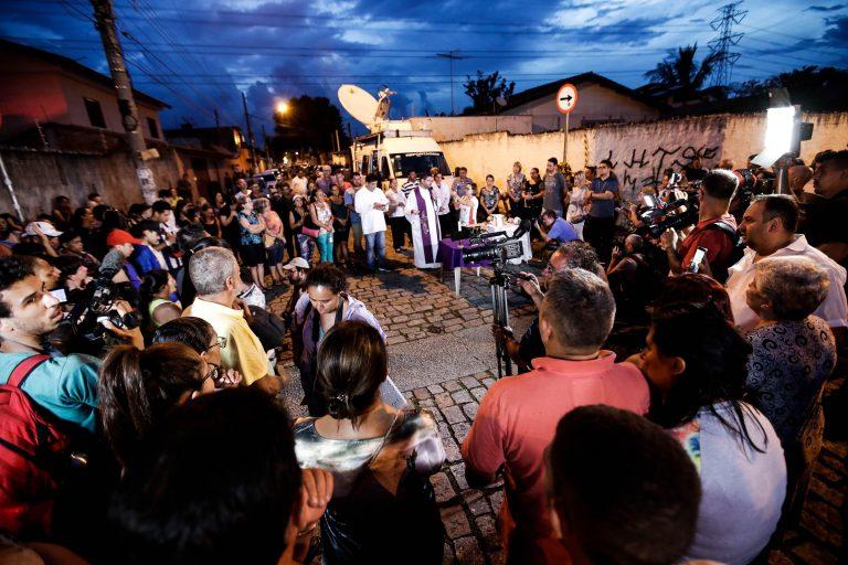 População faz vigília em Suzano