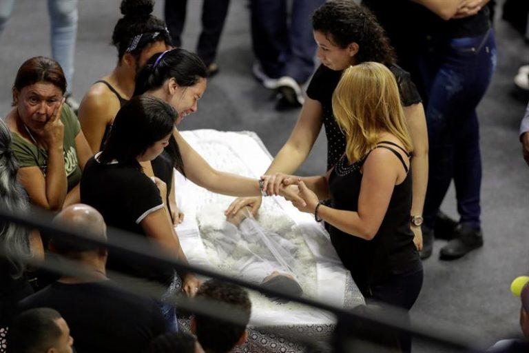 Seis dos dez mortos são velados na Arena de Suzano
