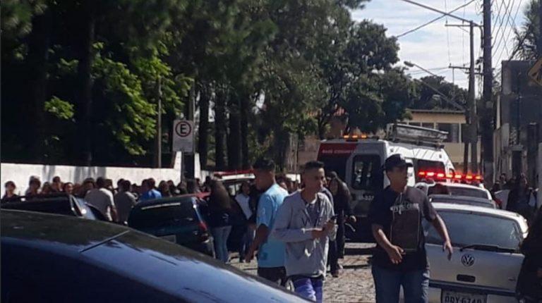 Dois jovens abriram fogo dentro de escola e mataram dez pessoas