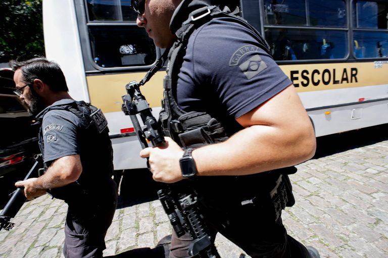 Dois atiradores abrem fogo dentro de escola e matam dez
