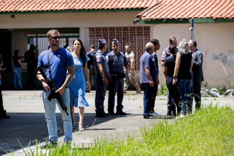 Dois jovens abriram fogo dentro de escola
